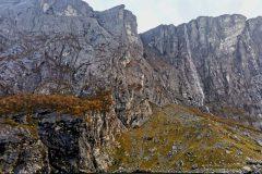 Felsvorsprung in Bildmitte